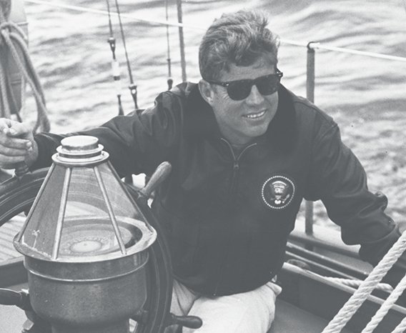 JFK indossa l'AO Saratoga
